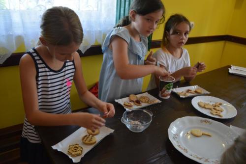 Wakacje - pieczenie ciasteczek z seniorami